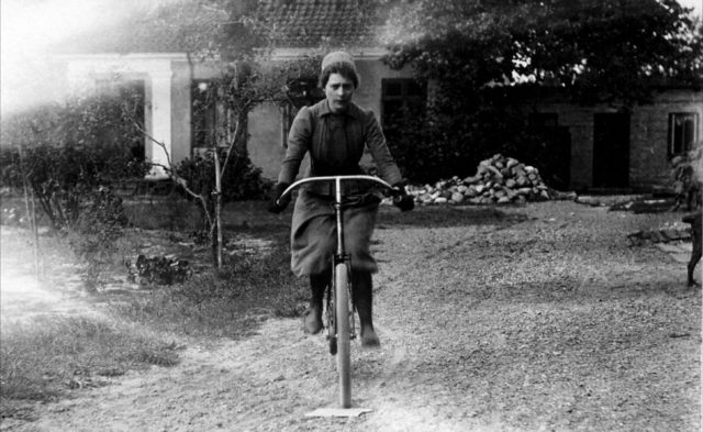 Marie Krøyer på cykel – 1895
