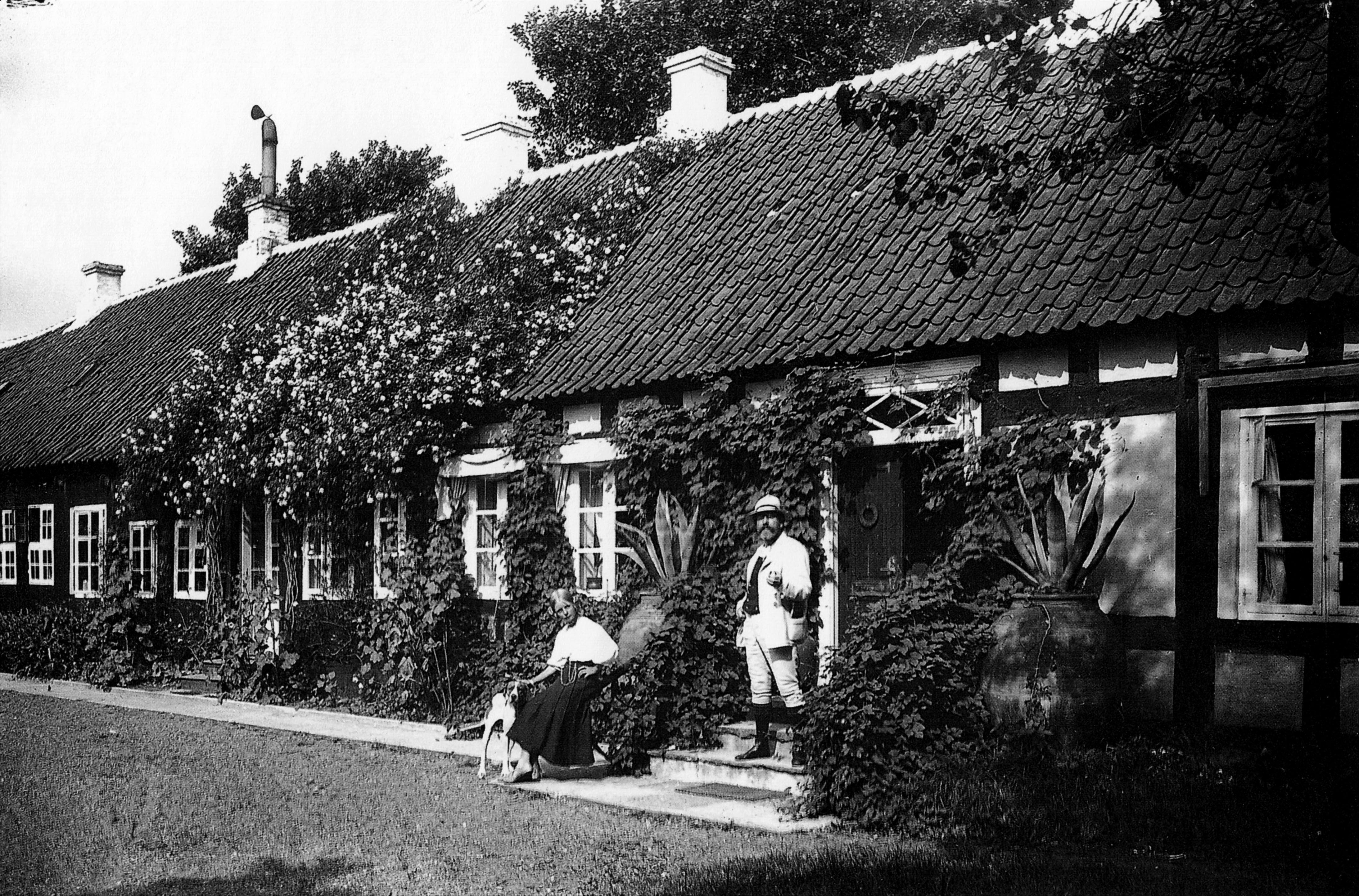 P.S. Krøyer og Vibeke foran huset i Skagen