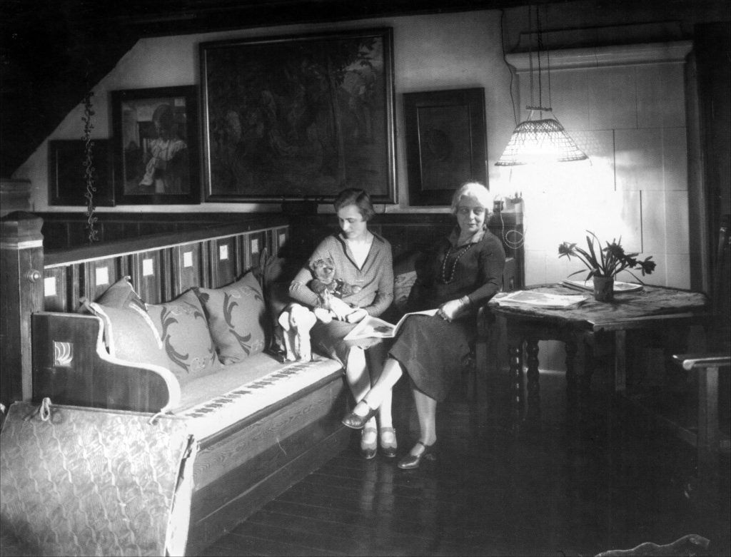 Margita & Marie Krøyer sidder på slagbænken (Linnéhuset)