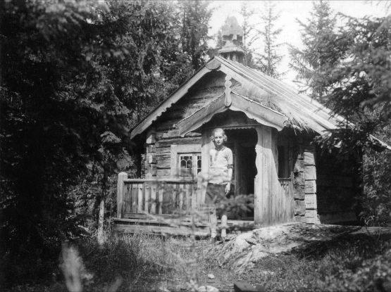 Margita Alven foran sit legehus (Alfvengaarden)