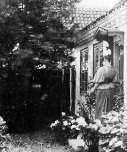 Marie Krøyer uden for Madam Bendtsens hus