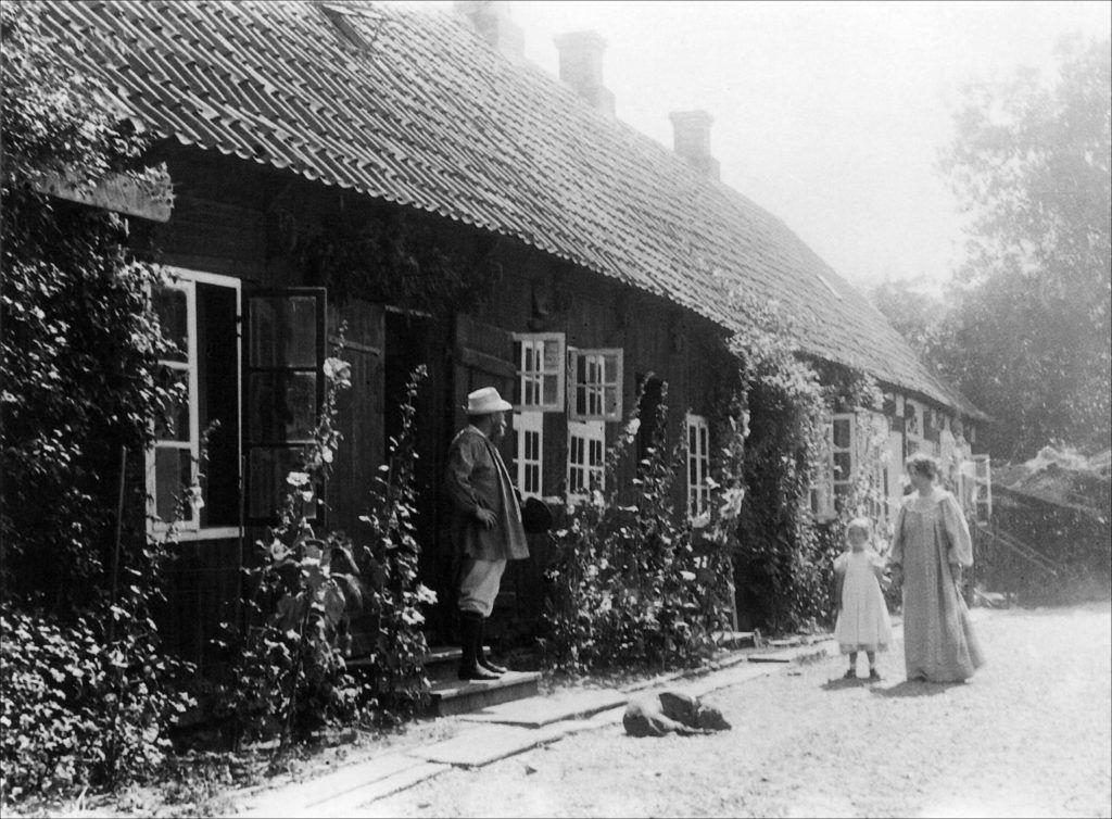 Marie, PS, Vibeke Krøyer og hunden Rap foran huset i plantagen