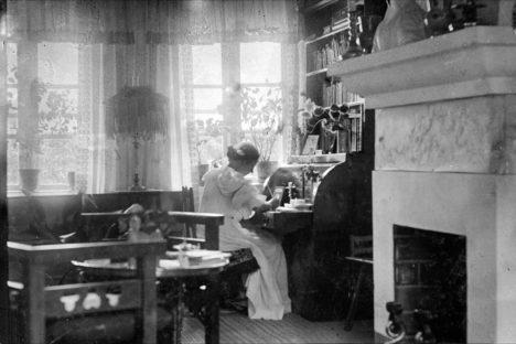 Marie Krøyer skriver ved chatollet i Krøyers Hus